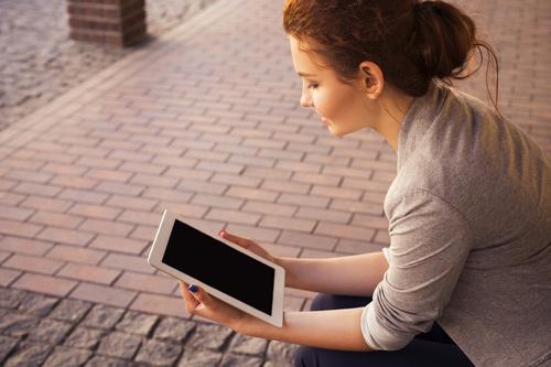 Girl reading the Harvard online syllabi